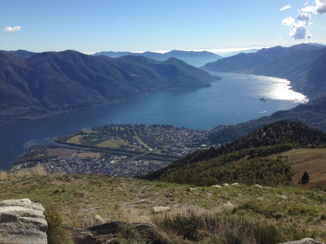 See mit spiegelendem Wasser in den Bergen des Tessins