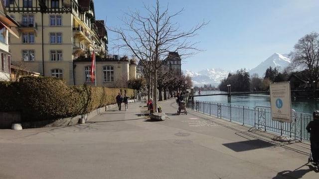 Die Uferpromenade in der Stadt Thun