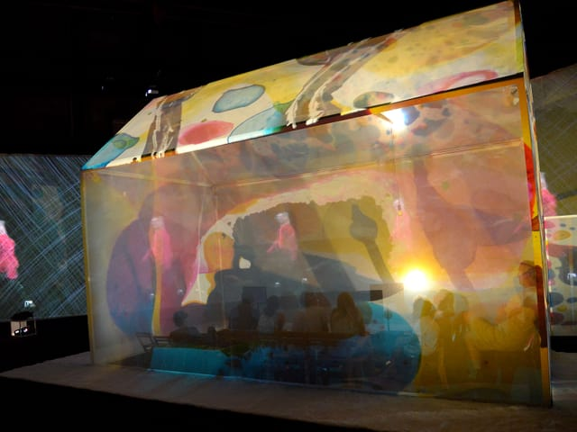 Ein transparentes, farbiges Zelt.