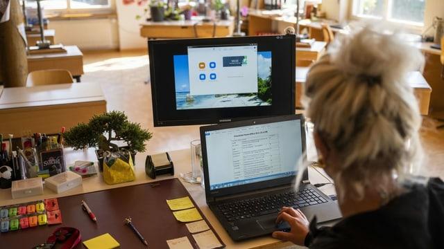 scolasta sesa en stanza da scola vida avant ses computer