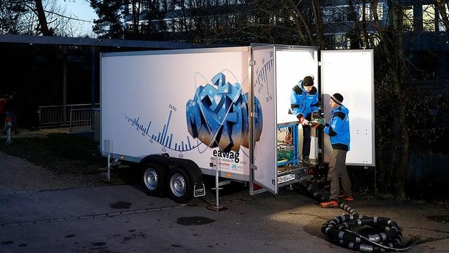 Ein zweiachsiger Anhänger, in dem das mobile Wasserlabor untergebracht ist