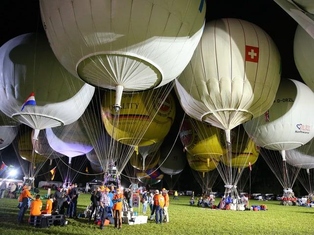 Gordon Bennett  Wettfahrt 2016, die Gasballone stehe gefüllt bereit auf eine Wies bei Gladbach ( Deutschland)