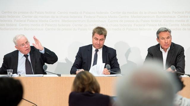 Christoph Blocher discurra davart il dretg d'asil.
