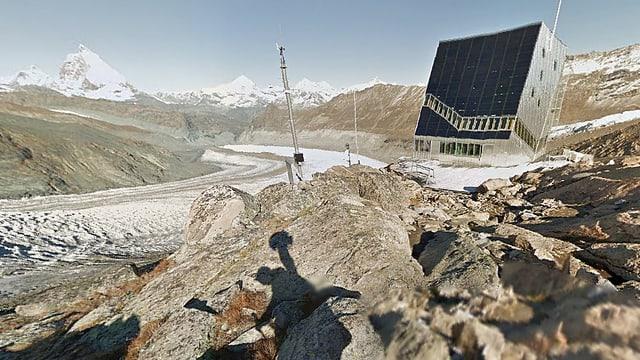 Google-Street-View-Ausschnitt von der Monte-Rosa-Hütte mit dem Matterhorn (L). Im Vordergrund der Schattenwurf des Kameramanns mit der Rucksackkamera.