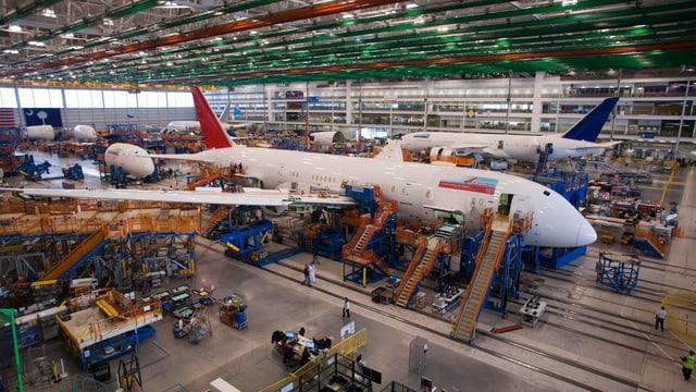 Eine 787 «Dreamliner» in der Werkhalle