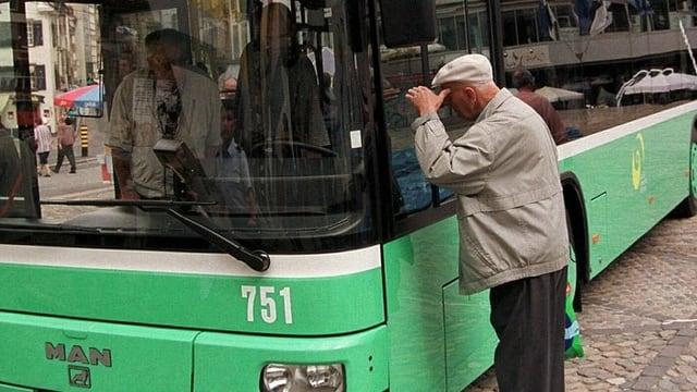 Mann schaut in die Führerkabine eines BVB-Buses.