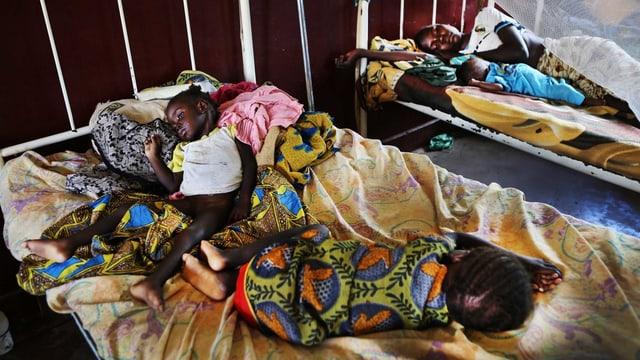 Zwei Kinder in einem Spitalbett in Bossangoa.