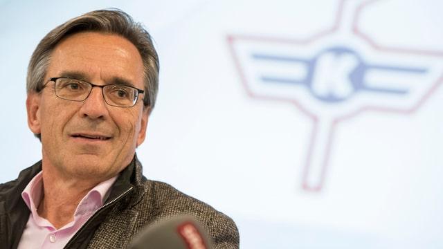 Conferenza da medias a Kloten: Hans-Ulrich Lehmann infurmescha davart l'acquisiziun.