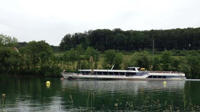Ein Schiff auf einem Fluss.