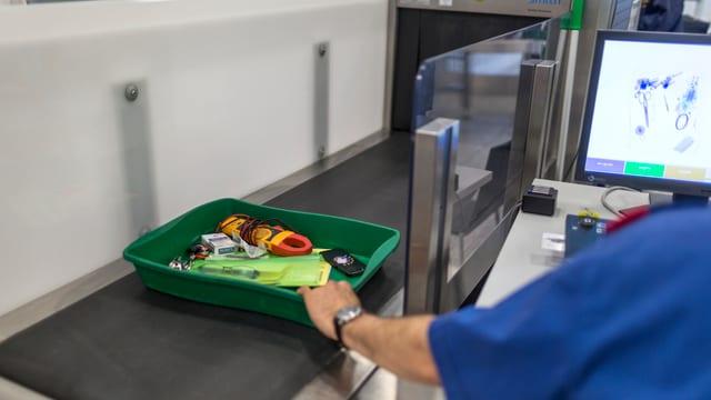 Kiste mit Besitztümern an der Flughafenkontrolle.