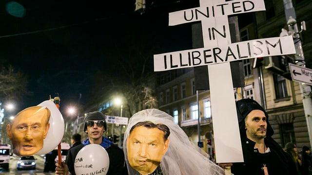 Demonstranten mit Ballonen und Plakaten