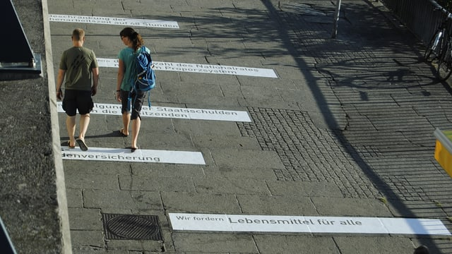 Strasse mit aufgeklebten Sätzen am Boden