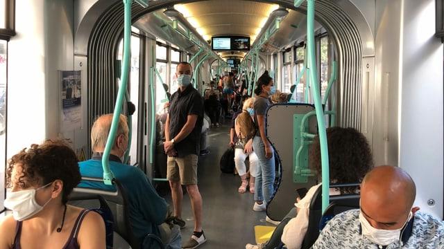 Passagiere in einem Genfer Tram.