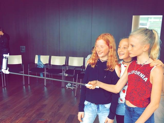 Drei Mädchen machen ein Selfie