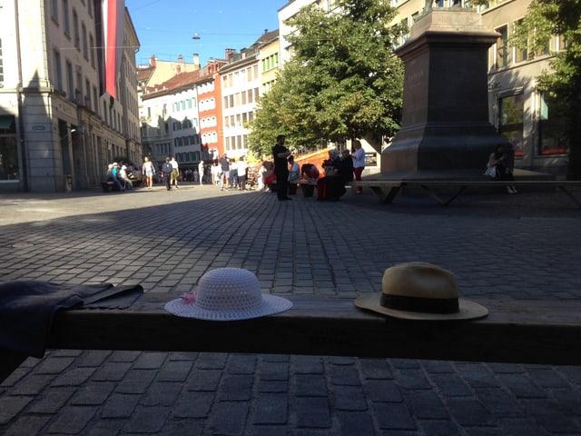 Hüte auf Sitzbank