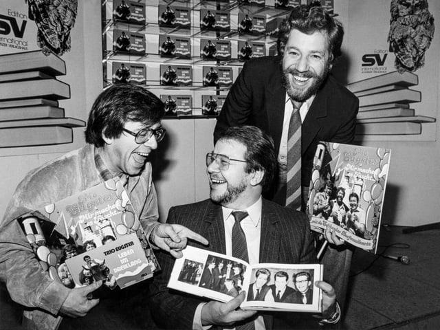 Trio Eugster präsentiert Schallplatten udn Fotos.