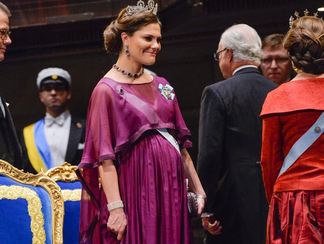 Schangere Victoria in purpurnem Kleid.