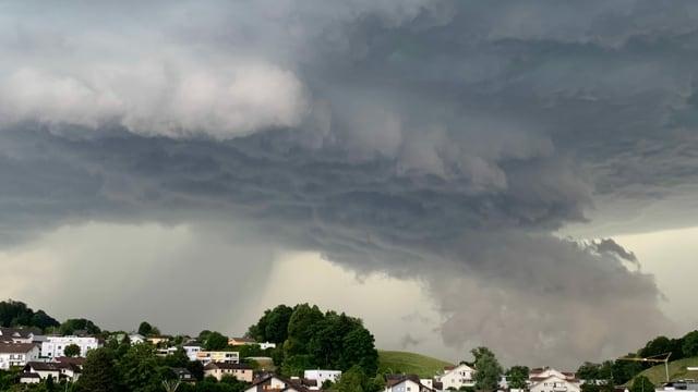 Bedrohliche Gewitterwolken über Adligenswil.
