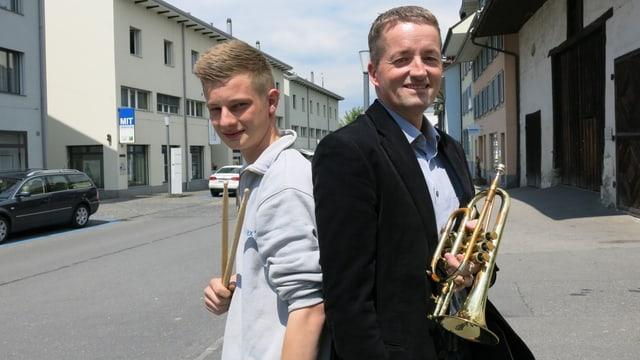 Musikanten mit Instrumenten auf der Strasse.