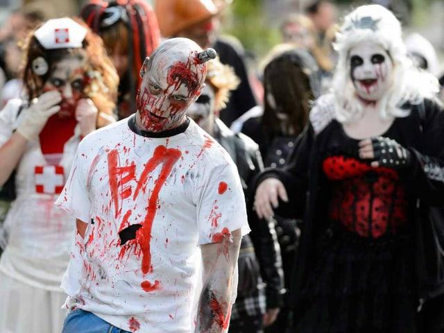 Zombie mit Messer im Schädel