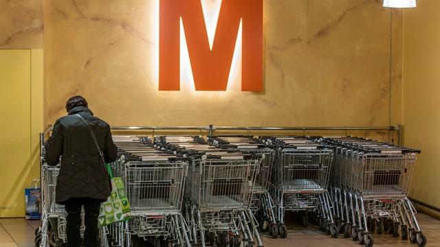 Einkaufswagen-Park unter dem M-Logo.