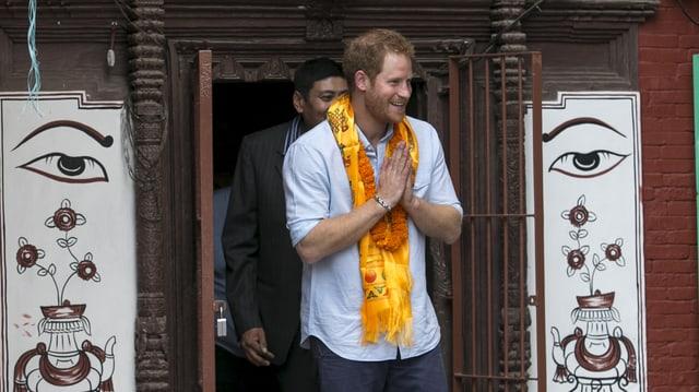 Prinz Harry mit gelbem Schal in Nepal