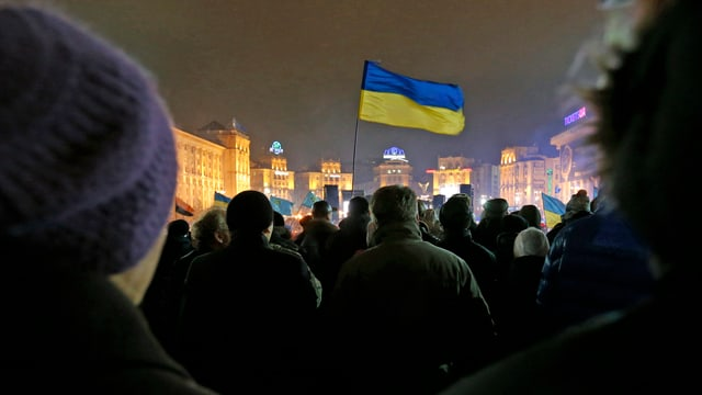 Pro-europäische Demonstranten stehen Mitte Dezember 2013 auf dem Unabhängigkeitsplatz, dem Maidan, in Kiew. Sie wollen eine nähere Anbindung an Europa. (reuters)