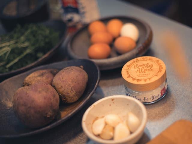 Knoblauch, Salz, Eier und Randen