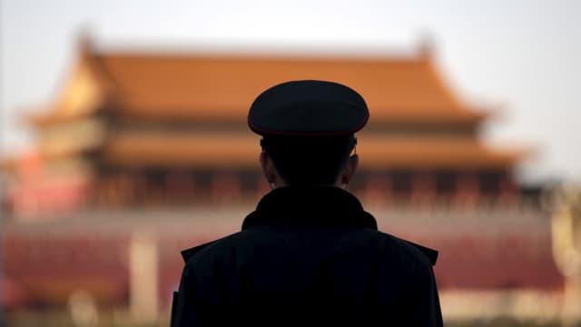 Chinesischer Soldat vor der Grossen Halle des Volkes in Peking.