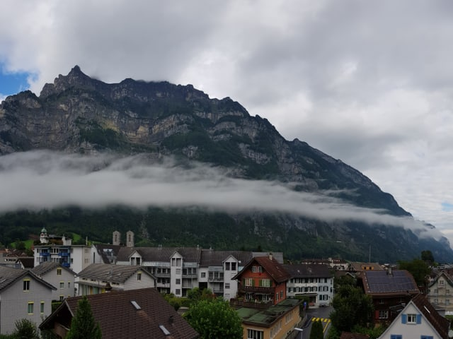 Wolkenverhangene Berge.