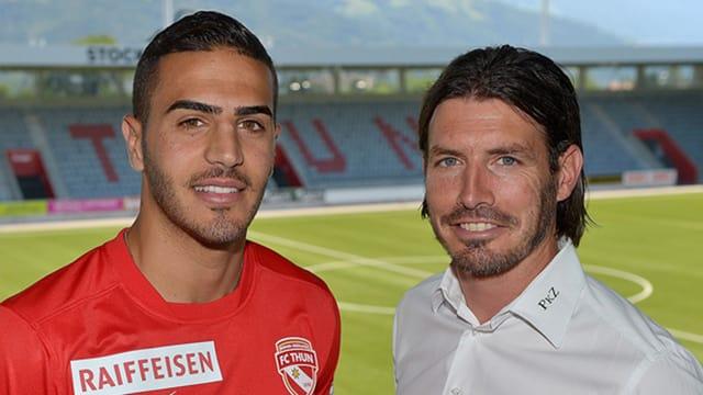 Lotem Zino, die Thuner Neuverpflichtung, posiert mit Sportchef Andres Gerber.