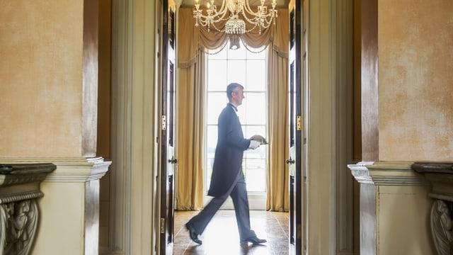 EIn Mann geht durch ein Haus