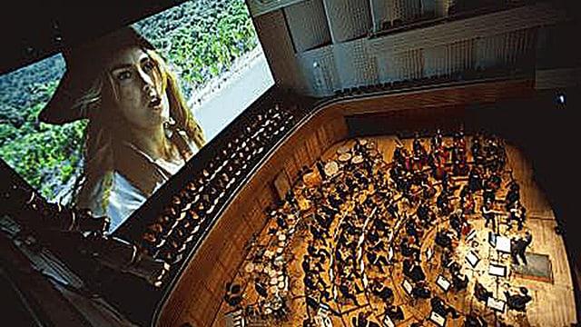 """Während auf dem Grossbildschirm der Film """"Pirates of the Caribbean 2"""" läuft, spielt im Luzerner KKL das 21st Century Symphony Orchestra."""