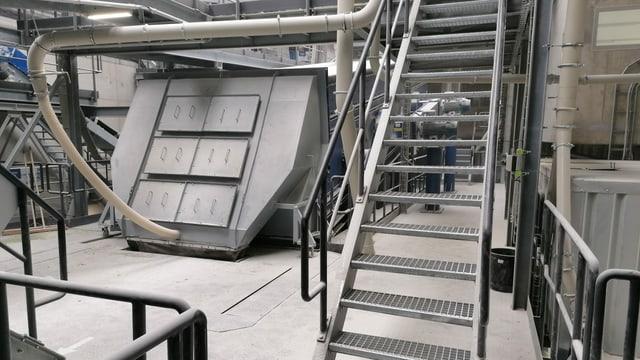Maschine und Treppe in einer grossen Halle