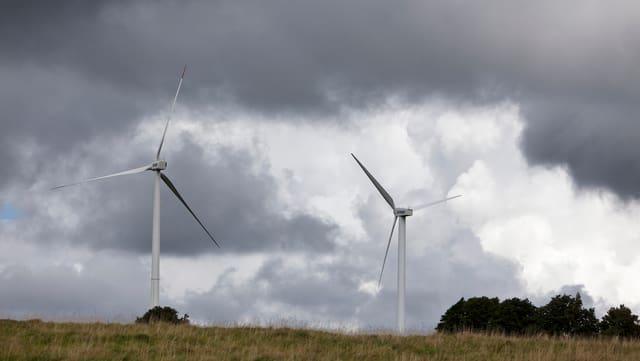 Windräder auf einem Hügel.