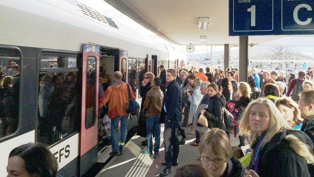 Passagiere auf dem Perron in Rotkreuz