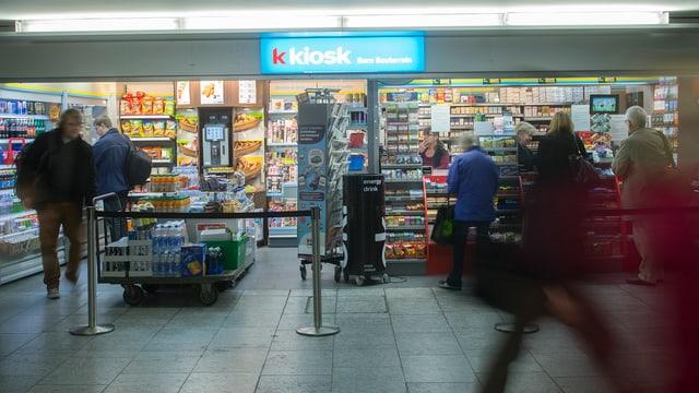 Purtret dad in Kiosk che tutga tar Valora.