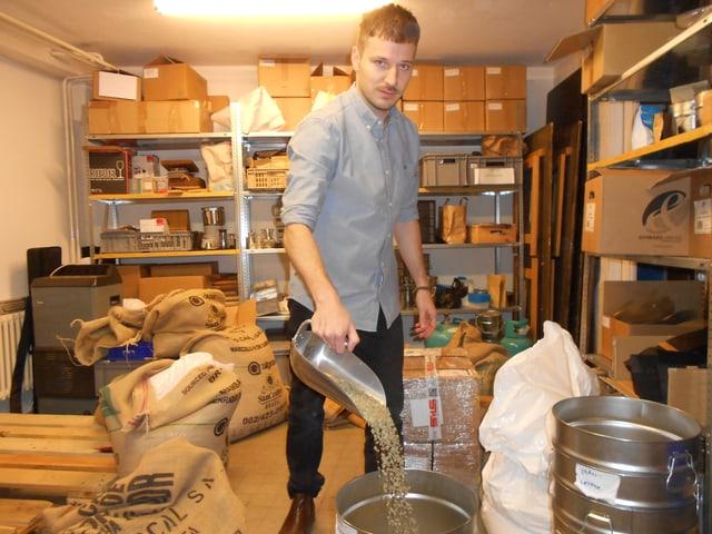 Philipp Schallberger wiegt die rohen Kaffeebohnen ab.