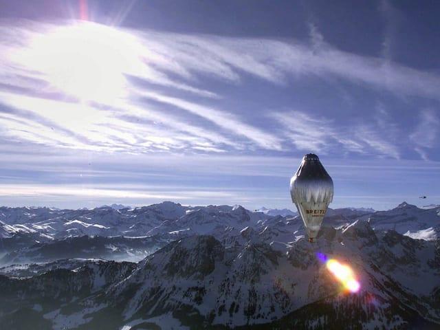 Der Ballon von Bertrand Piccard über den Alpen.