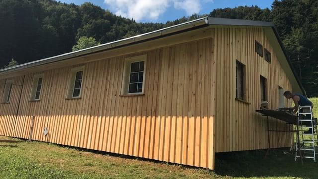 Hütte, Fassade mit hellem Holz, offensichtlich renoviert