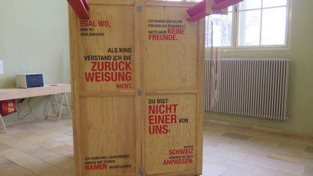 Eine der sechs Holzboxen.