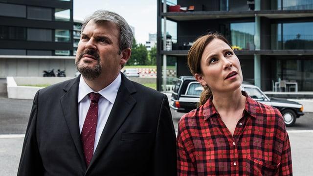 Anna-Maria Giovanoli und Reto Doerig vor einem Wohnhaus.