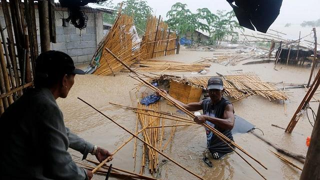 En tscherts lieus è la glieud gia vid far urden suenter ch'il taifun «Sarika» ha destruì diversas chasas.