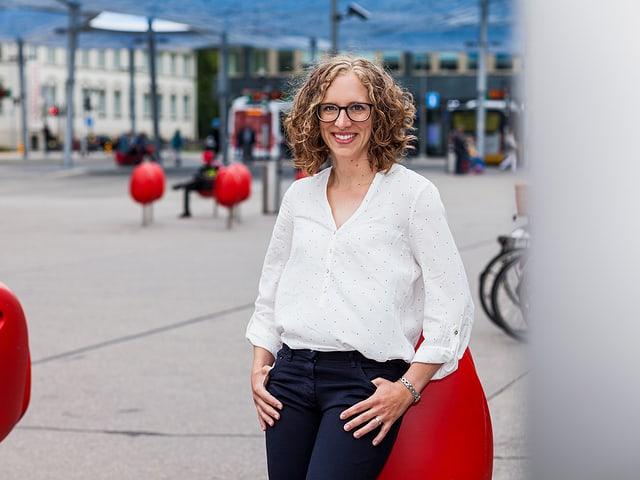 Antje Kirchhofer auf einem öffentlichen Platz