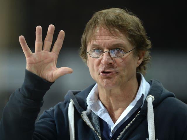 Arno Del Curto hält 5 Finger hoch