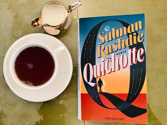Der Roman «Quichotte» von Salman Rushdie liegt auf einem grünen Tisch mit einem indischen Assam-Tee daneben.