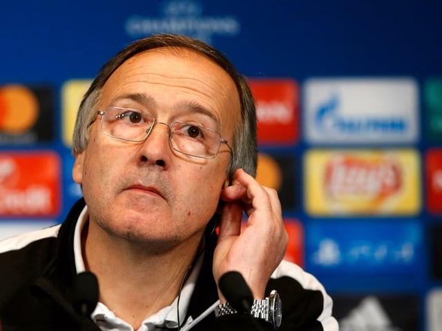 Georgi Dermendzhiev an einer Pressekonferenz mit leicht schrägem Kopf.