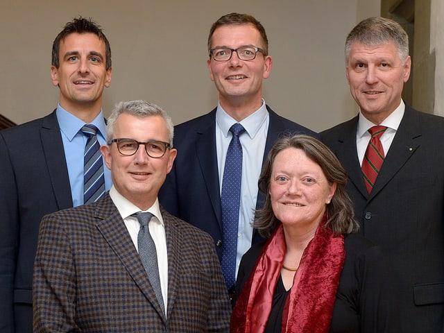 Der neue 5-köpfige Thuner Gemeinderat posiert im Rathaus.