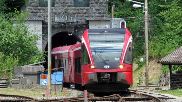 Ein Zug verlässt den Weissenstein tunnel