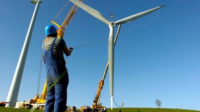 Eine Windkraftturbine wird montiert.
